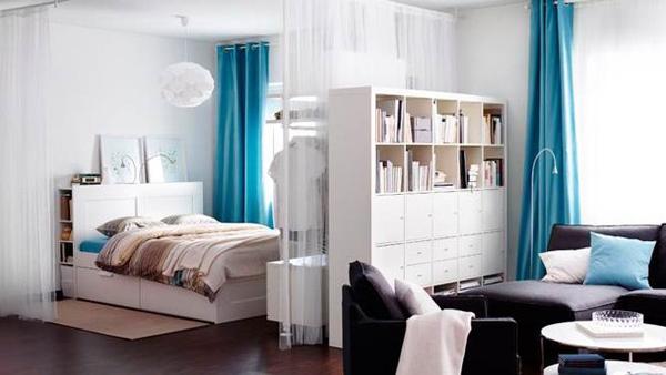 Зонирование в спальне гостиной стеллажом