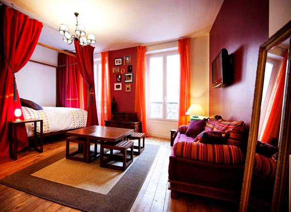 Зонирование в гостиной спальне шторой