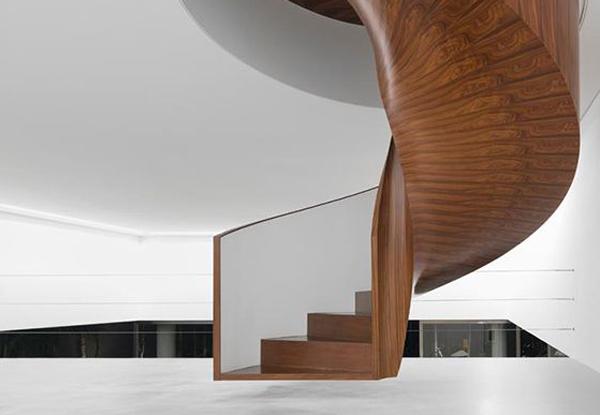 Современная деревянная лестница