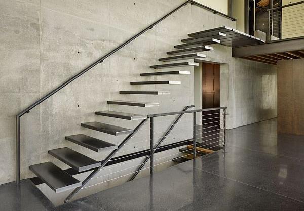 Металлическая лестница в современном стиле хай-тек