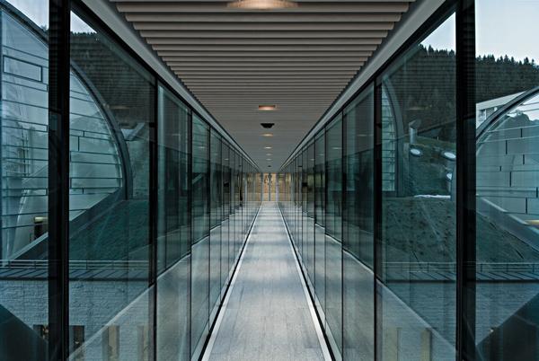 Архитектор Марио Ботта.  Спа-центр «Tschuggen Bergoase». Стеклянный переход в отель.