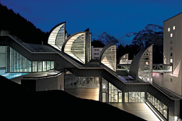 Архитектор Марио Ботта.  Спа-центр «Tschuggen Bergoase». Вид на комплекс